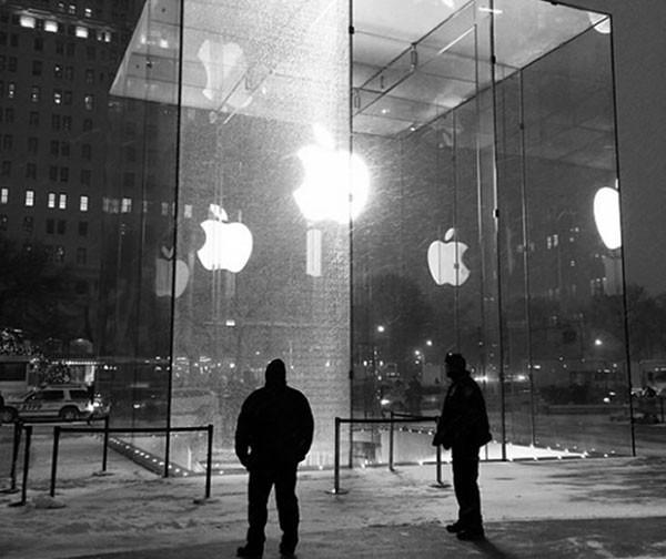 В магазине Apple Store на Пятой авеню разбилось стекло за $450 тысяч