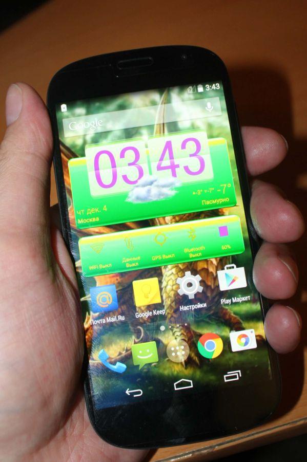 На E-Ink экране YotaPhone 2 можно смотреть фильмы и играть в игры